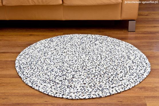 okrągły dywanik zpagetti wyjątkowy ekologiczny